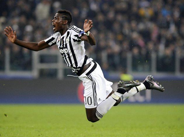 Vzduchem plachtí Paul Pogba z Juventusu v souboji Champions League s Mönchengladbachem.