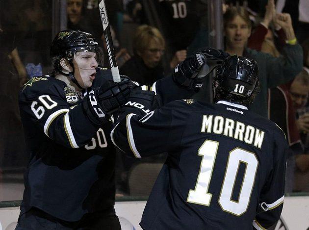 Kapitán Dallas Brenen Morrow se raduje s Rousselem, který vstřelil svou první branku v NHL.