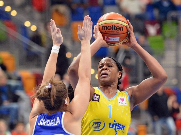 Basketbalistka USK Praha Kia Vaughnová (vpravo) v utkání 7. kola Evropské ligy proti Montpellier.