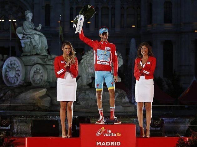 Vítězný Fabio Aru z Itálie při slavnostním vyhlášení na Vueltě.