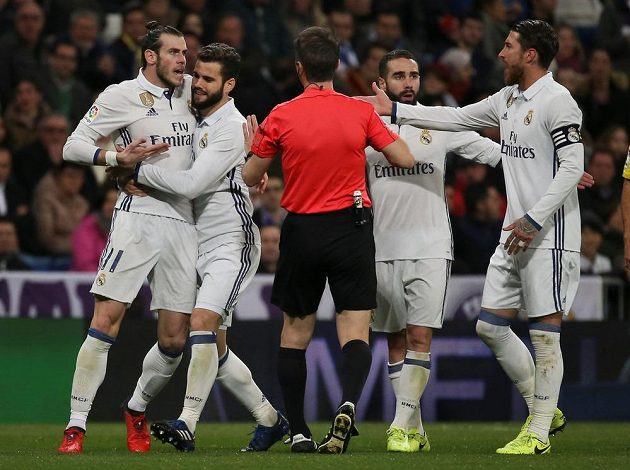 Gareth Bale z Realu Madrid viděl červenou kartu a rozhodčímu to hodlal vysvětlit zblízka z očí do očí. Krotit ho museli spoluhráči.