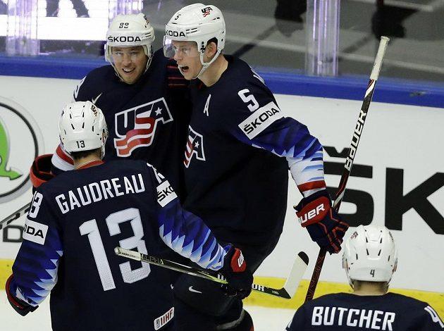 Cam Atkinson (uprostřed) se raduje se spoluhráči z USA ze druhého gólu.