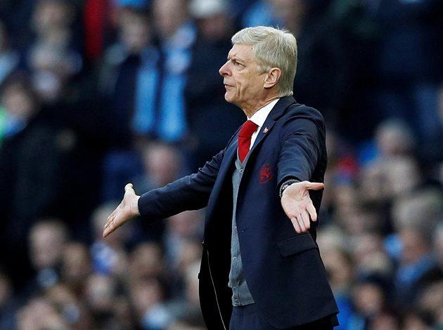 Manažer Arsenalu Arséne Wenger gestikuluje během utkání proti Manchesteru City.