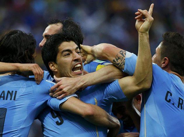 Luis Suárez se se spoluhráči raduje z trefy proti Anglii.