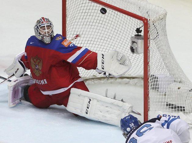 Ruský gólman Sergej Bobrovskij inkasuje gól z hole Fina Jussiho Jokinena.