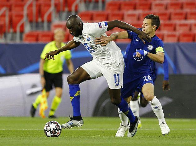 Fotbalista Moussa Marega z FC Porto v akci během odvetného čtvrtfinále Ligy mistrů, soupeřem mu je v souboji s Cesarem Azpilicuetou z Chelsea.