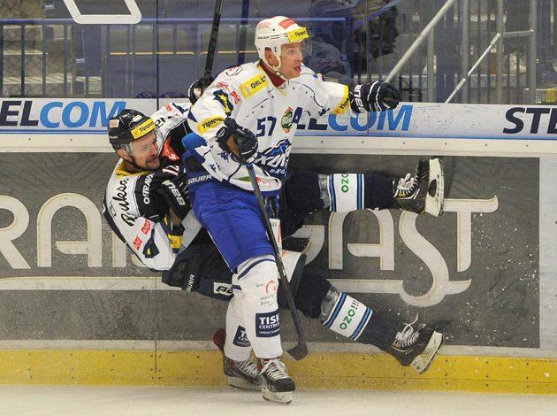 Tomáš Malec (vlevo) z Vítkovic padá po ataku Jana Hrušky z Brna.