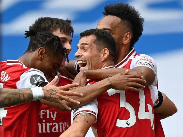 Fotbalista Arsenalu Granit Xhaka slaví se spoluhráči gól v utkání Premier League.