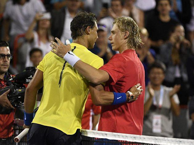 Rafael Nadal (vlevo) gratuluje Shapovalovi k vítězství.