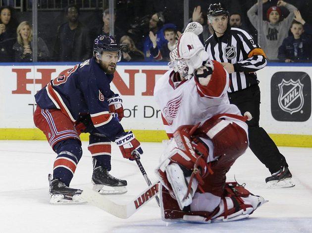 Kevin Klein z NY Rangers dává v prodloužení rozhodující gól detroitskému brankáři Jimmymu Howardovi.