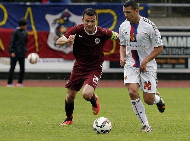 Fotbalisté Sparty zakončili své letní soustředění v německém Rottachu utkáním proti švýcarské Basileji. Na snímku sparťan David Lafata (vlevo) a Marek Suchý, český zadák švýcarského celku.