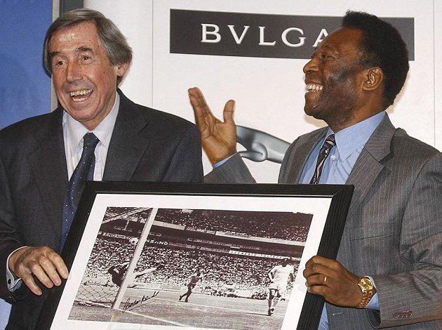 Bývalý gólman anglické fotbalové reprezentace Gordon Banks na snímku s legendárním Brazilcem Pelém. Banks zemřel v 81 letech.