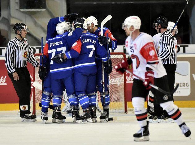Hráči Brna se radují z gólu proti Jyväskylä v odvetě čtvrtfinále play off hokejové Ligy mistrů.