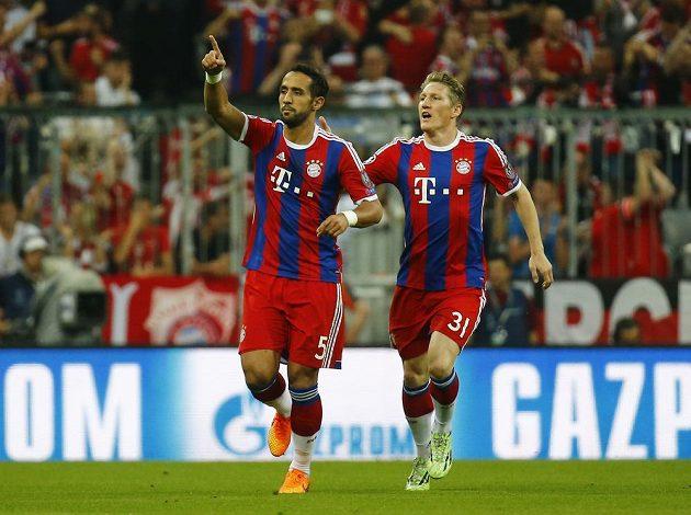 Mehdi Benatia (vlevo) dal vedoucí gól Bayernu proti Barceloně v odvetě semifinále LM a raduje se z něj s Bastianem Schweinsteigerem.