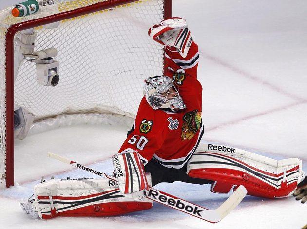 Chicagský brankář Corey Crawford zasahuje během úvodního finále Stanleyova poháru proti Bostonu.