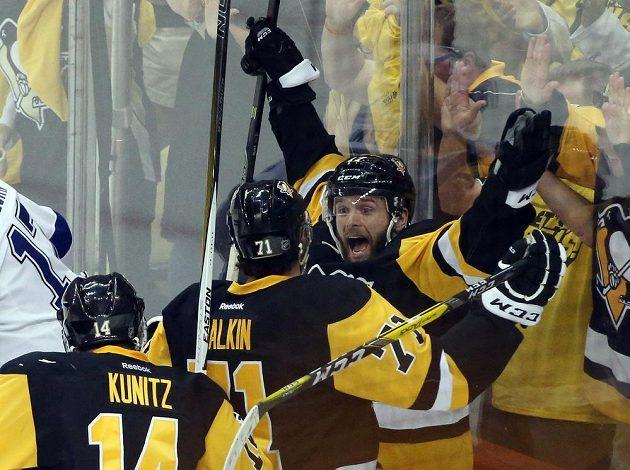 Bryan Rust (vpravo) a jeho spoluhráči z Pittsburghu Chris Kunitz a Jevgenij Malkin slaví postup do finále play off NHL.