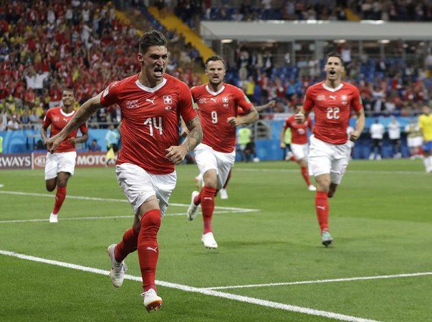 Švýcar Steven Zuber slaví, právě proti Brazílii vyrovnal na 1:1.