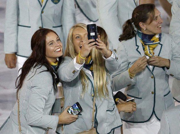 Australanky si pořizují selfíčko při slavnostním zahájení na stadiónu Maracaná.