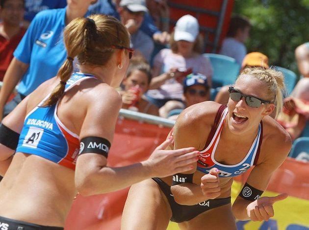 Kristýna Hoidarová Kolocová a Michala Kvapilová v utkání proti nizozemskému týmu v úvodním kole vyřazovací fáze mistrovství světa.
