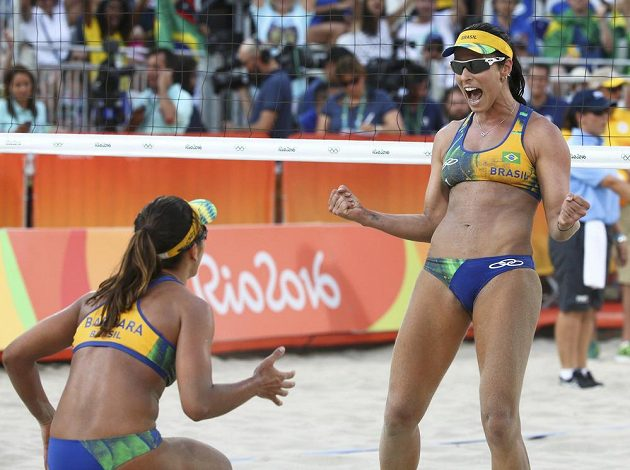 Brazilky Barbara (vlevo) a Agatha se radují z vítězství nad českým párem Barbora Hermannová, Markéta Sluková.