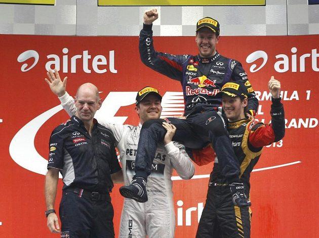 Nico Rosberg a Romain Grosjean nesou na ramenou Sebastiana Vettela.