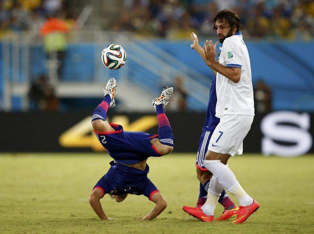 Acuto Učida (vlevo) se po zákroku Jorgose Samarase ocitl v akrobatické pozici.