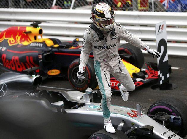 Pilot Mercedesu Lewis Hamilton se raduje z prvního místa na Velké ceně Monaka.