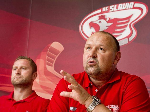 Trenér hokejistů Slavie Praha Ladislav Lubina (vpravo) a kapitán týmu Jaroslav Bednář.