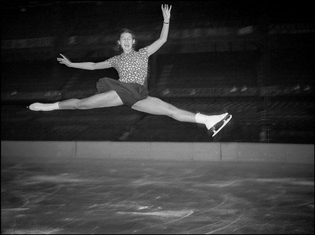 Ája Vrzáňová při tréninku na krasobruslařském MS v Paříži, kde v roce 1949 získala svůj první titul mistryně světa.