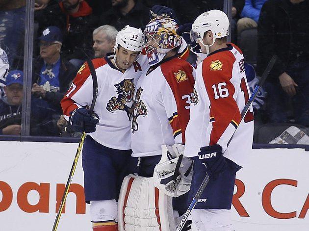 Hokejisté Floridy Derek MacKenzie (17), gólman Al Montoya (35) a Aleksander Barkov (16) se radují z výhry v Torontu, díky které Panteři navýšili svůj letošní zisk již na 99 bodů.