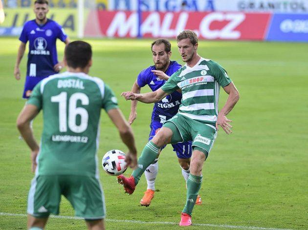 Petr Hronek z Bohemians odehrává míč před olomouckým Pablem. Přihlíží Klokan Martin Dostál.