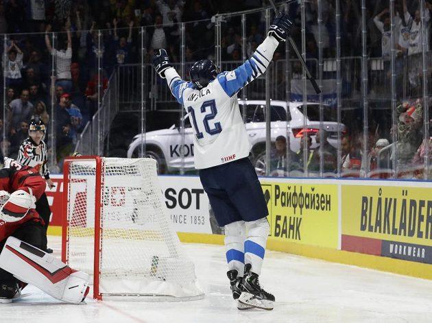 Fin Marko Anttila jásá po vyrovnávacím gólu ve finále MS.