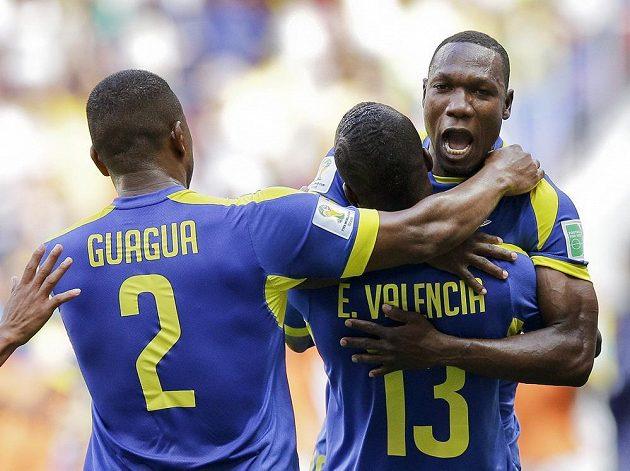 Ekvádorci oslavují gól Ennera Valencii.