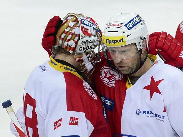 Slávistický útočník Jaroslav Bednář (vpravo) se s brankářem Dominikem Furchem raduje z výhry nad Pardubicemi.