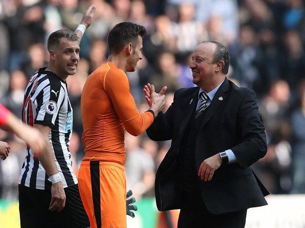 Rozradostněný kouč Newcastlu Rafael Benítez si plácá s brankářem Martinem Dúbravkou po výhře nad Arsenalem.