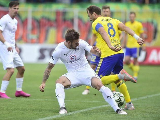 Zleva Vlastimil Daníček ze Slovácka a Petr Jiráček ze Zlína bojují o balón v utkání 4. kola první fotbalové ligy.