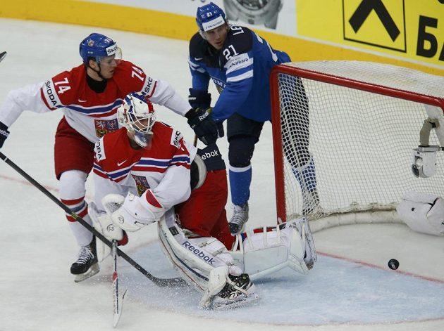 Fin Jori Lehterä (vpravo) překonává brankáře Alexandra Saláka.