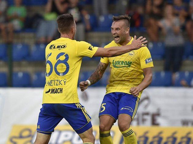 Fotbalisté Jakub Janetzký a Antonín Fantiš ze Zlína se radují z gólu v teplické síti.