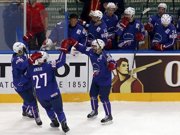 Francouz Laurent Meunier (vpravo) slaví se spoluhráči svůj gól proti České republice.