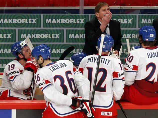 Český trenér Alois Hadamczik (vzadu) si v závěru zápasu vybral oddechový čas, čeští hokejisté se však snížení nepříznivého stavu nedočkali.