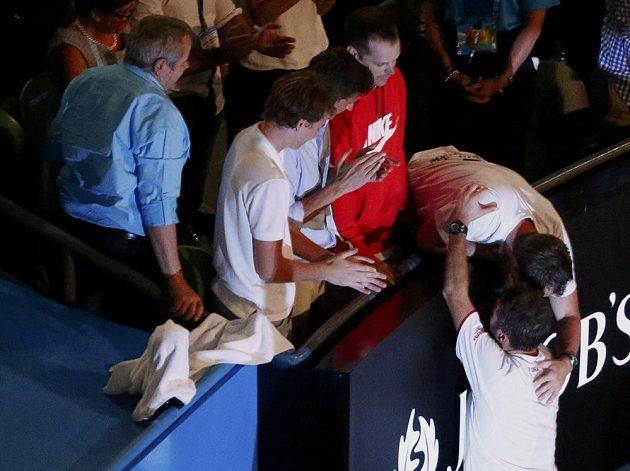 Stanislas Wawrinka (dole) se raduje z vítězství na Australian Open se svým koučem Magnusem Normanem.