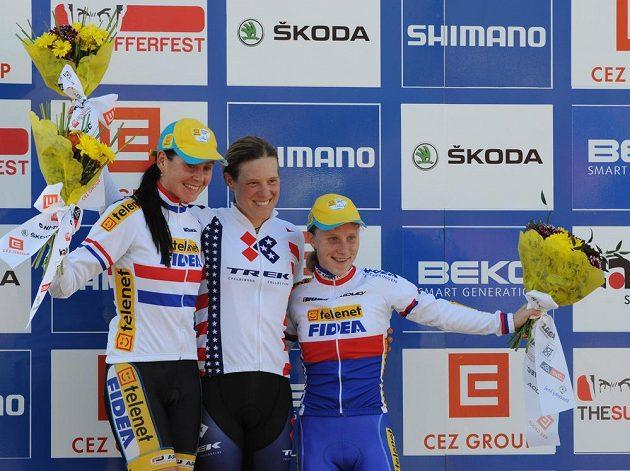 Zleva druhá Britka Nikki Harrisová, vítězka Katherine Comptonová z USA a třetí Pavla Havlíková po závodě Světového poháru cyklokrosařů v Táboře.