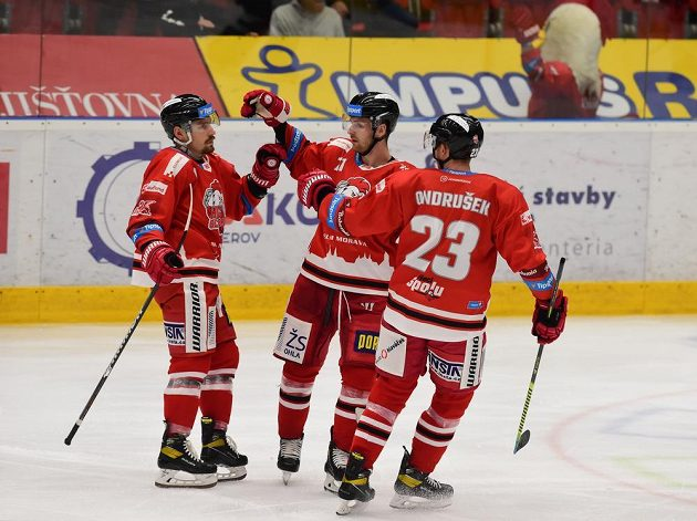 Hokejisté Olomouce se radují z třetího gólu, který dal Jan Káňa (vlevo).