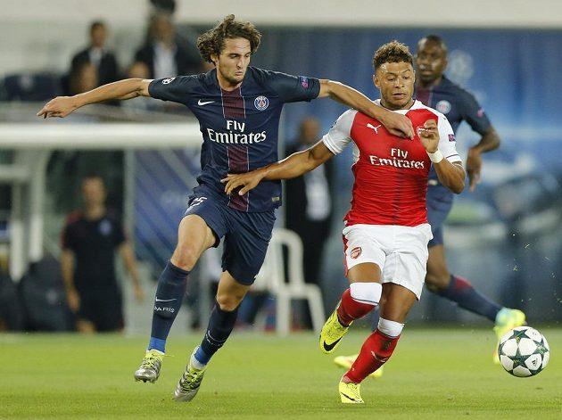 Adrien Rabiot (vlevo) z PSG v souboji s Alexem Oxladem-Chamberlainem z Arsenalu.