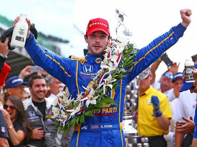 Vítěz 100. ročníku 500 mil v Indianapolis Alexander Rossi z USA.