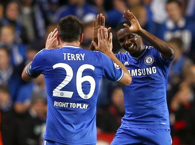 Hráči Chelsea Samuel Eto'o (vpravo) a John Terry slaví gól do sítě Schalke 04.