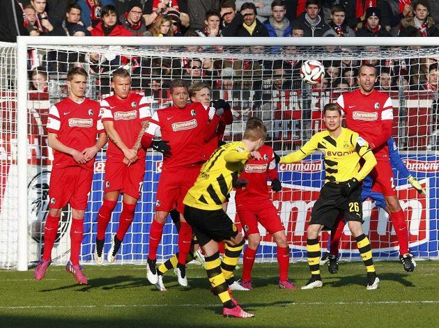 Marco Reus (zády) v dresu Borussie Dortmund při přímém volném kopu proti Freiburgu v posledním ligovém kole.