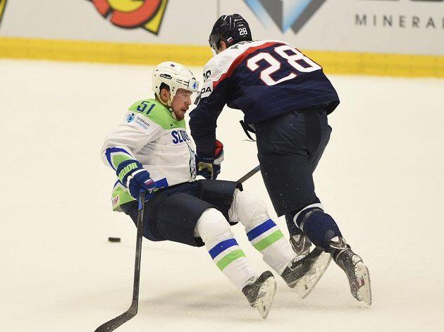 Slovinec Mitja Robar (vlevo) v souboji s Richardem Pánik ze Slovenska v utkání hokejového MS v Ostravě.