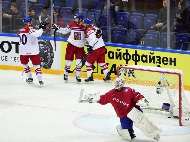 Zleva Robert Kousal, Tomáš Zohorna a Michal Řepík se radují z druhého českého gólu proti Norsku. Vpředu je norský brankář Lars Volden.