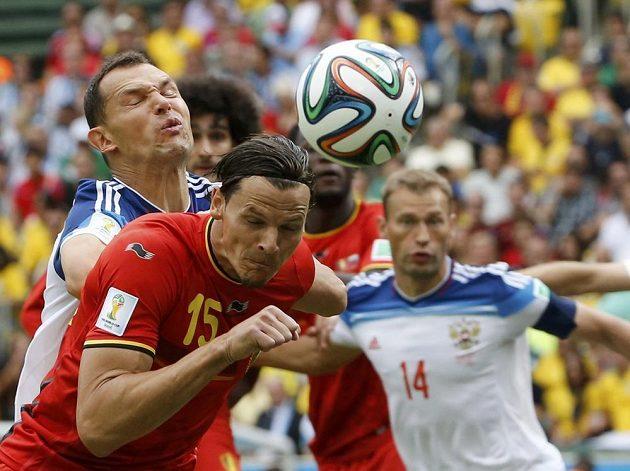 Ruský fotbalista Jevgenij Ignaševič (vlevo) bojuje o míč s belgickým stoperem Danielem van Buytenem.